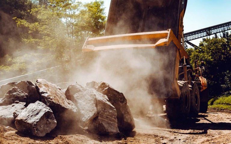 Hartsteinwerk Loja - Kipplaster mit Steinen