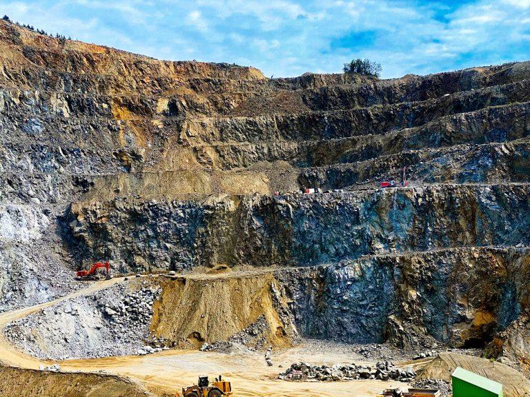 Hartsteinwerk Loja - Übersicht über den Steinbruch